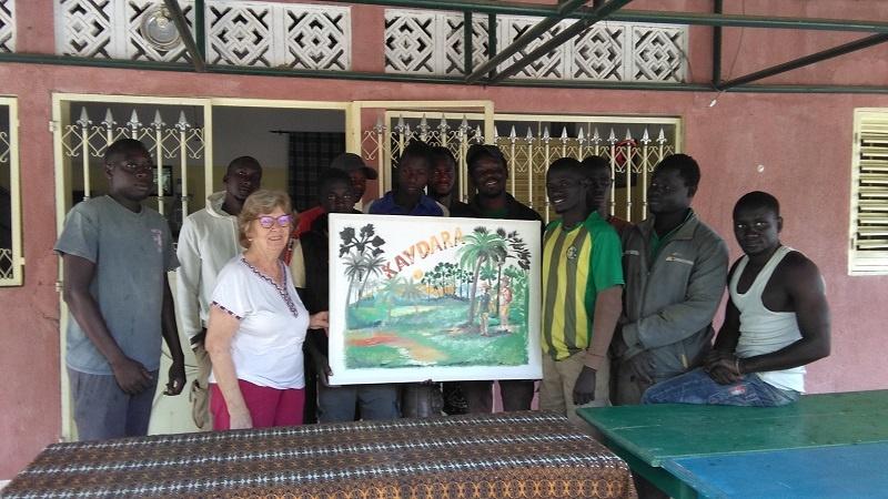 Photo d'étudiants avec la marraine de la promotion : cadeau de Noêl à la marraine de la promotion